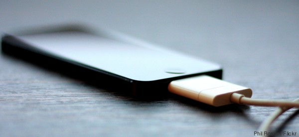 Lascia in carica il suo iPhone, la batteria si surriscalda: l'uomo muore nell'incendio