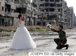 Des photos de mariage à Homs, la ville martyre de Syrie