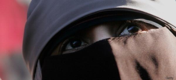 Eine Frau mit Burka und Kinderwagen steigt in Frankfurt in den Bus - dann passiert es