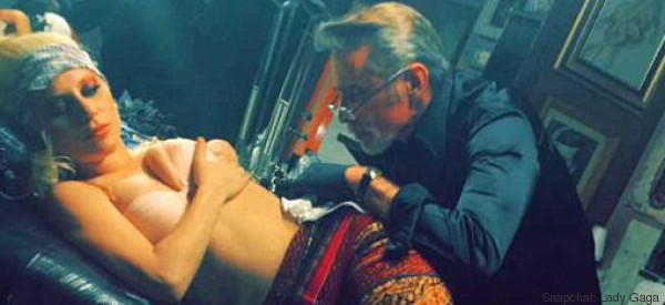 Avant son hommage aux Grammys, Lady Gaga se fait tatouer le visage de Bowie