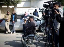 مصوّر صحفي فقد قدميه في قصف إسرائيلي يوثق حروب غزة على كرسي متحرك