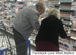 Tendre cliché d'un vieil homme aidant sa femme à trouver le bon maquillage