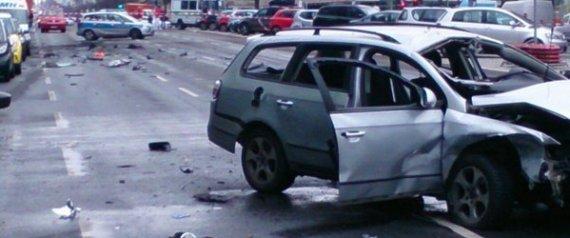 une bombe explose dans une voiture en plein centre de berlin et tue le conducteur. Black Bedroom Furniture Sets. Home Design Ideas