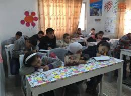 سوريون تطوعوا لتدريس الأطفال المنقطعين عن التعليم بالمخيمات.. هذه قصتهم