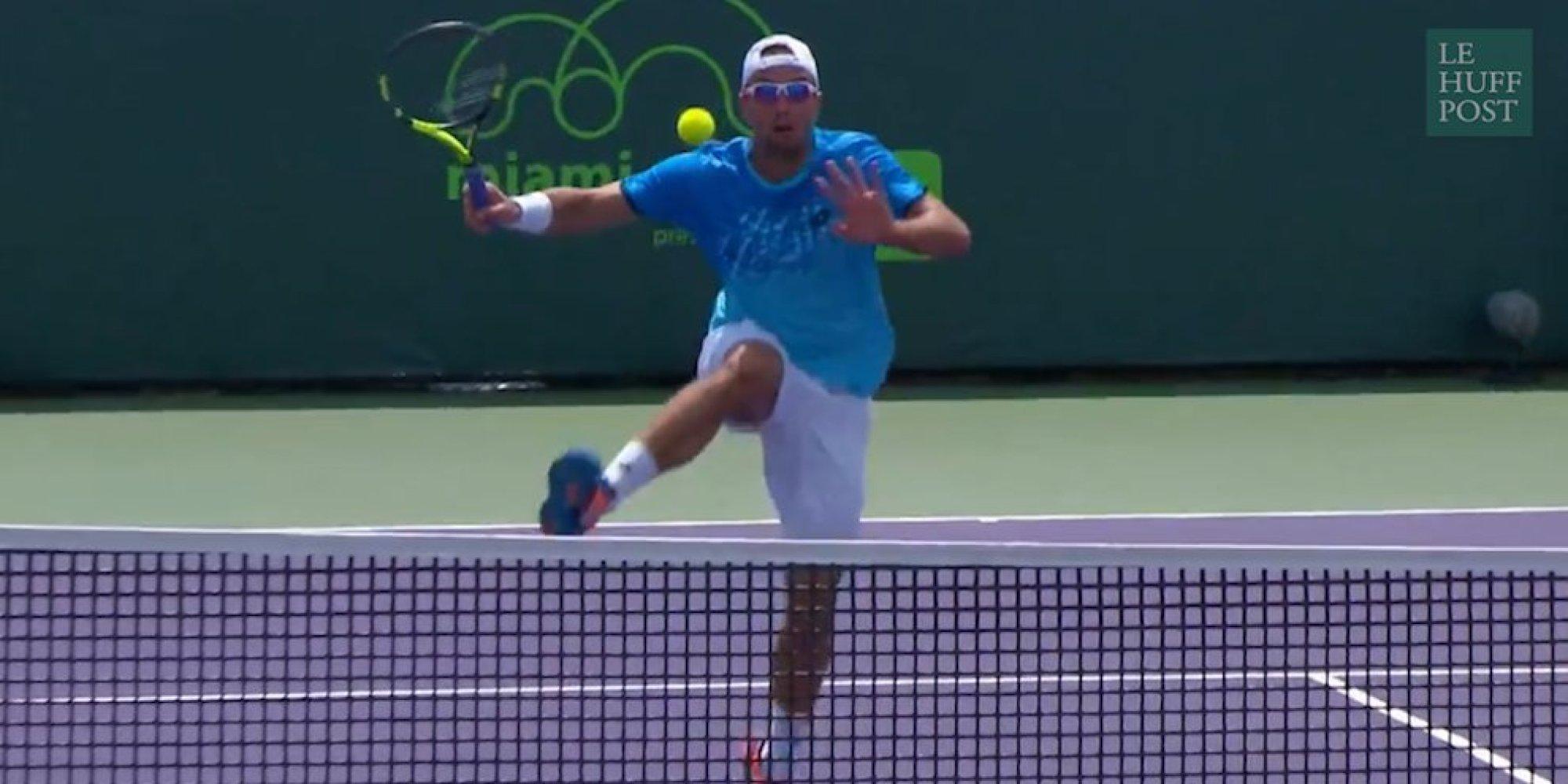Le coup dingue (et non-valable) du tennisman serbe Viktor Troicki à Miami