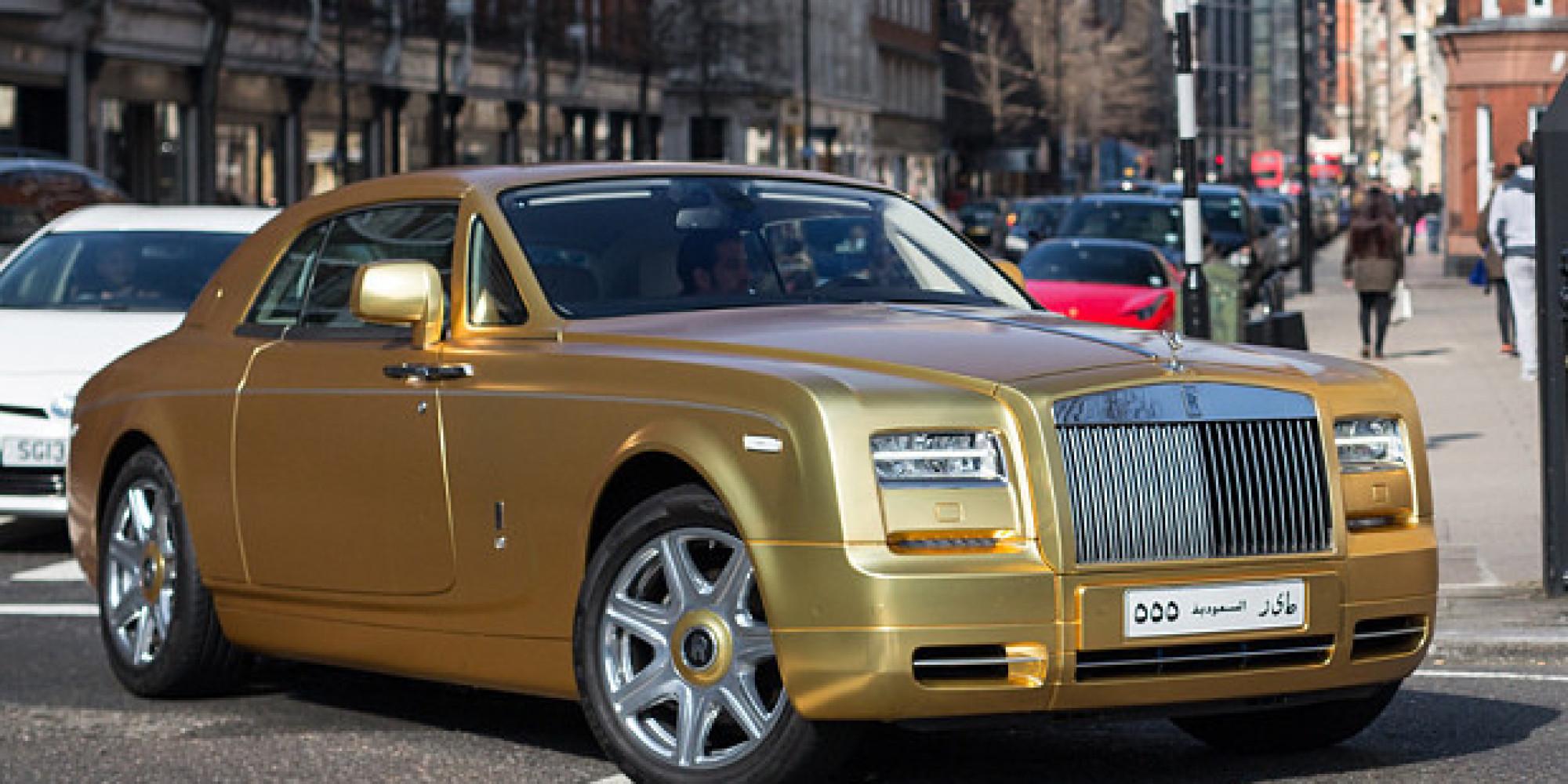 un touriste saoudien d barque londres avec des voitures de luxe dor es. Black Bedroom Furniture Sets. Home Design Ideas