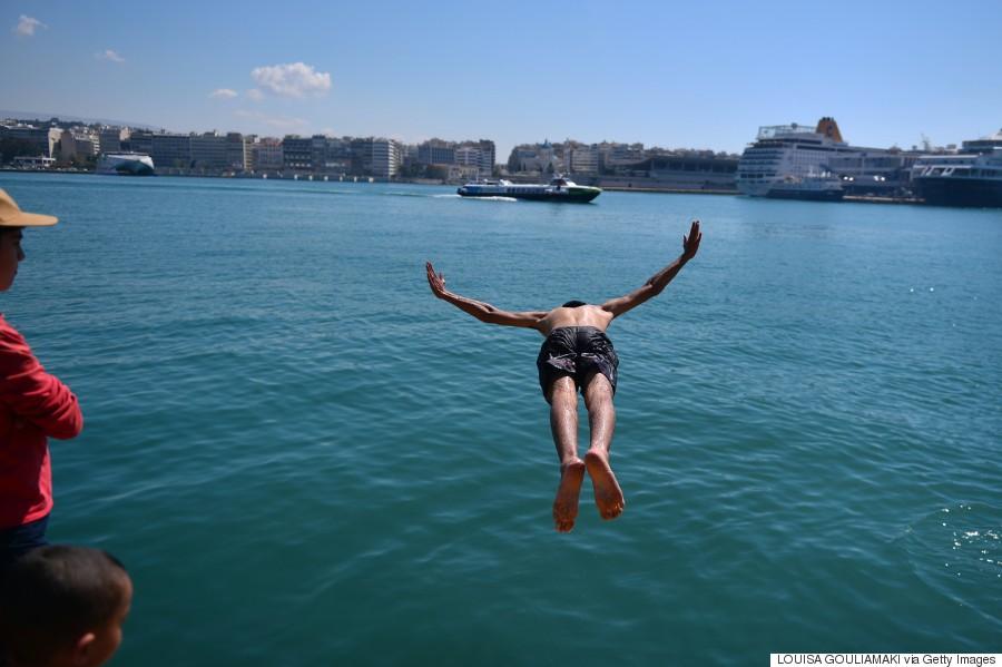 Oι πρόσφυγες κολυμπούν στο λιμάνι του Πειραιά