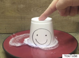 Ce dissolvant fait fondre une tasse à café en polystyrène... effrayant!