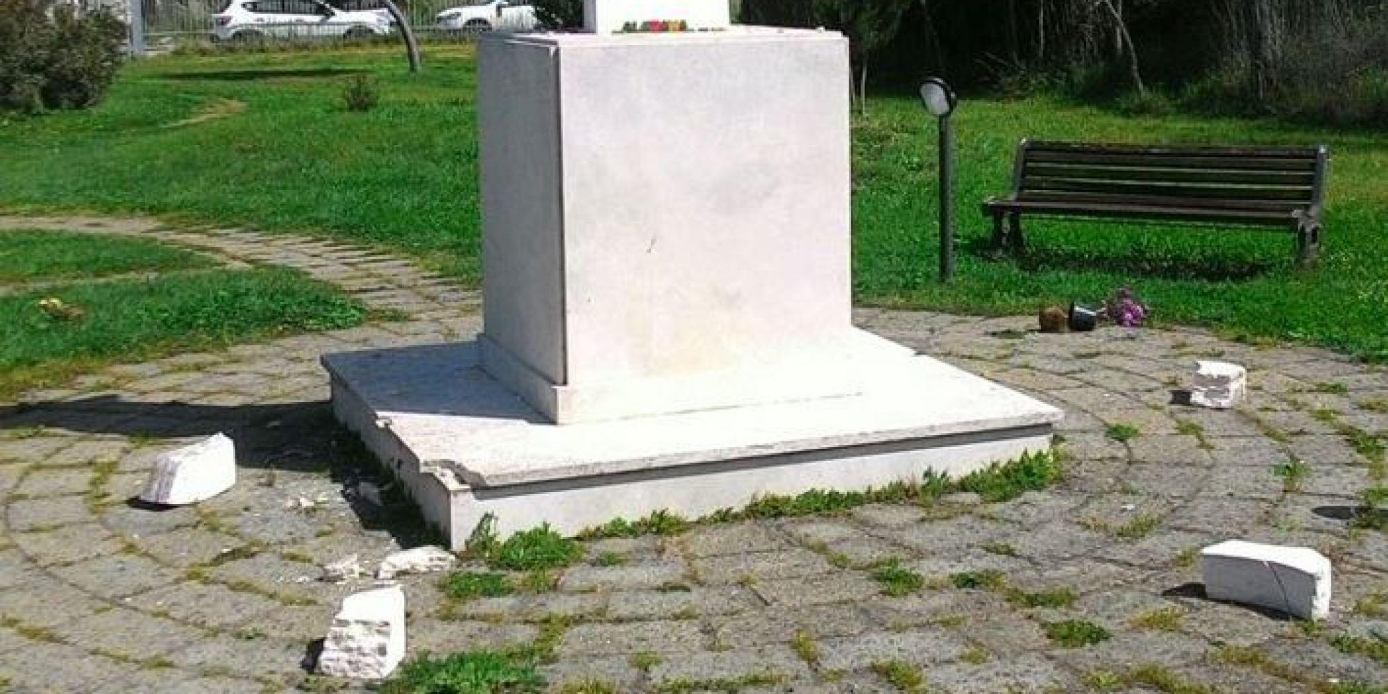 Ostia danneggiato il monumento a pier paolo pasolini - Papa bagno chimico ...