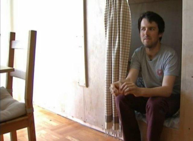 pour un loyer pas cher il vit dans une bo te et ne s 39 en plaint pas. Black Bedroom Furniture Sets. Home Design Ideas