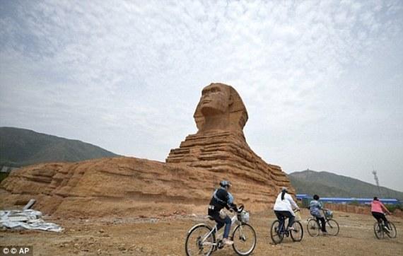 """بعد اعتراضاتٍ مصرية.. الصين تهدم توأم """"أبو الهول"""" المزوّر !"""