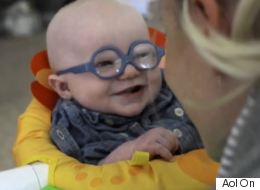 Ce bébé qui voit sa mère pour la première fois va vous faire fondre (VIDÉO)