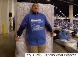 Nouveau record Guinness pour une chaîne de dominos... humains (VIDÉO)