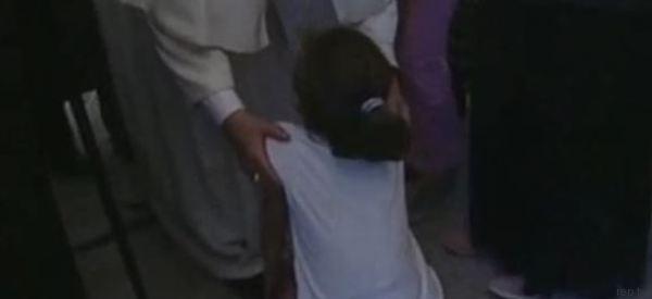 Il pianto disperato della bambina ai piedi del Papa. Lui l'aiuta a rialzarsi e le accarezza il viso