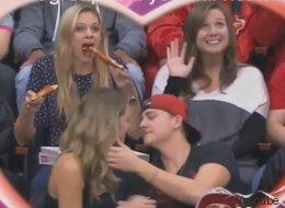 Cette fille mangeant une pizza a volé la vedette lors d'une kiss cam (VIDÉO)