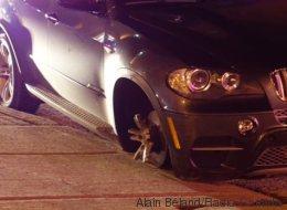 Les policiers poursuivent une voiture volée... sans pneu!