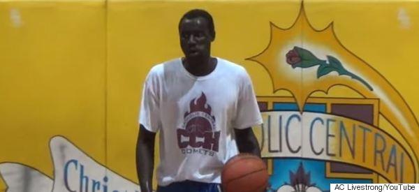 Un réfugié, surdoué du basket de 17 ans ou clandestin de 30 ans ?