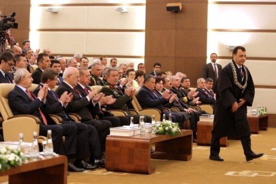 شاهد.. أردوغان يتجاهل مصافحة خصمه اللدود