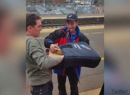 Il se fait livrer une pizza... dans le train (VIDÉO)