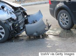 Elle cause un accident de voiture pour parler à son copain