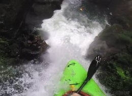 Ce kayakiste est-il fou? (VIDÉO)