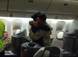 Ce pilote a fait une très belle surprise à son fils soldat (VIDÉO)