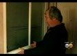 Er steht nachts im Zimmer seiner Tochter - als er auf das Fenster blickt, erschrickt er zu Tode