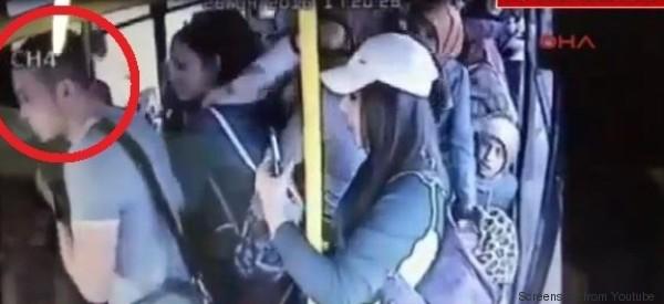 Lui la molesta ma c'è un intero autobus a difenderla