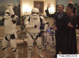 Los Obama bailan 'Uptown Funk' con R2-D2 y dos Soldados Imperiales