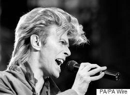 Une boucle de cheveux de David Bowie aux enchères