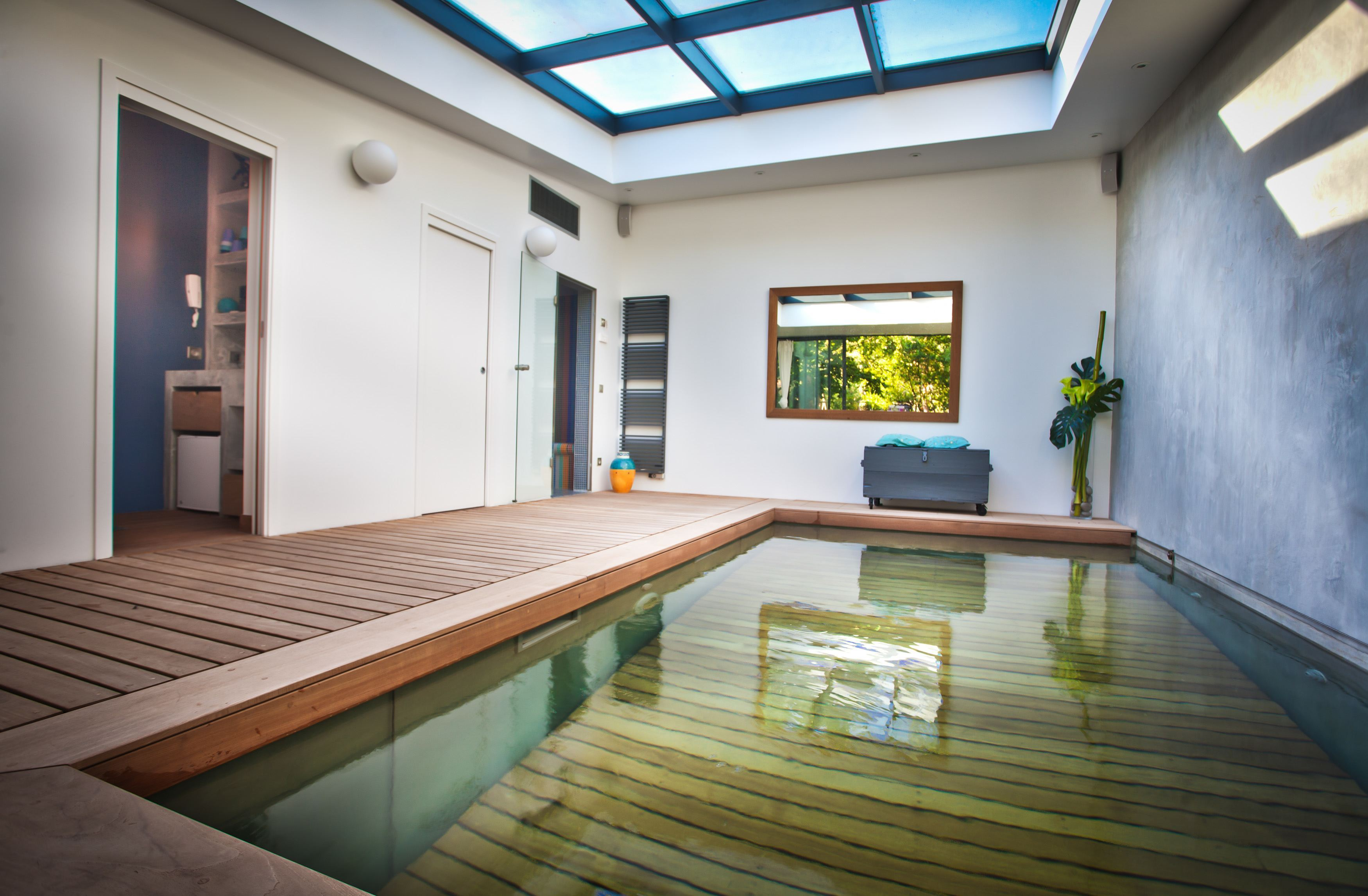 Cette piscine couverte donne envie de s 39 installer en for Piscine mur mobile