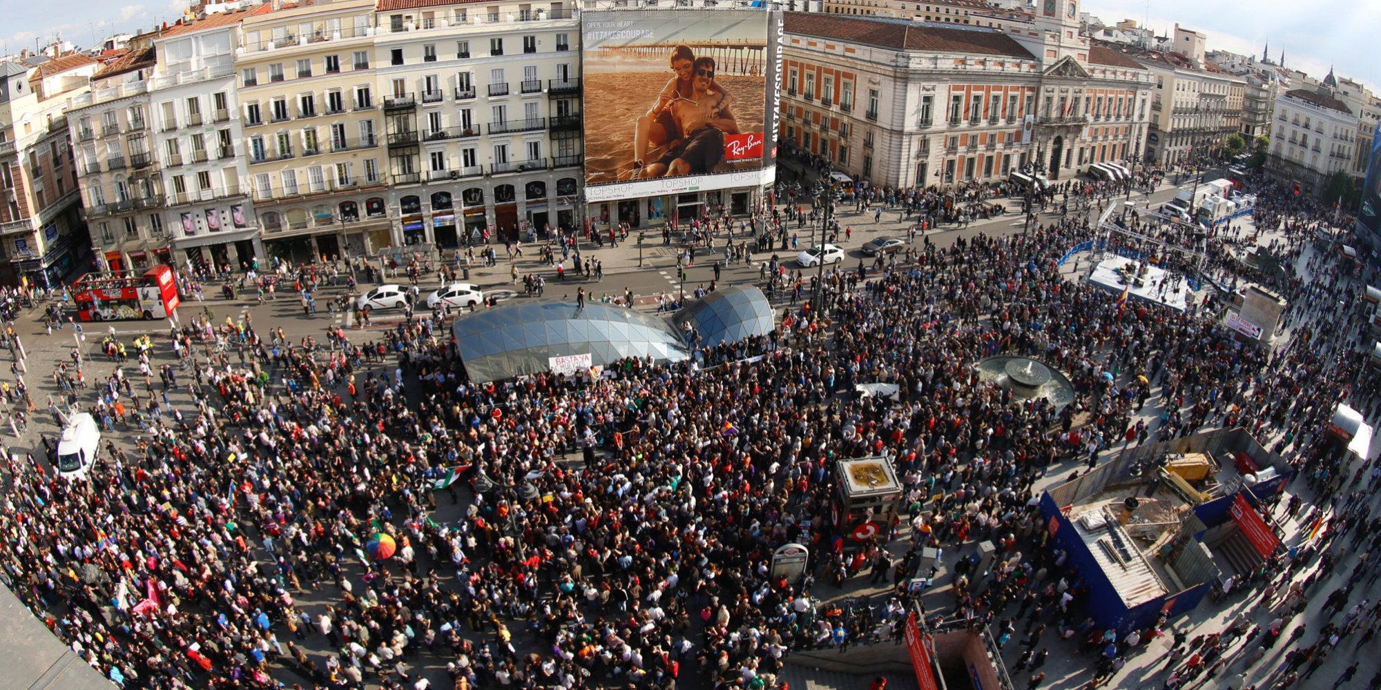 Miles de indignados vuelven a llenar la puerta del sol en for Puerta 15 foro sol