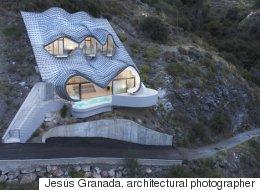 가파른 절벽에 지은 '호빗의 집' 같은 저택(화보)