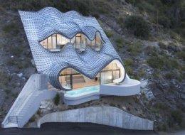 Une maison incroyable incrustée dans la falaise