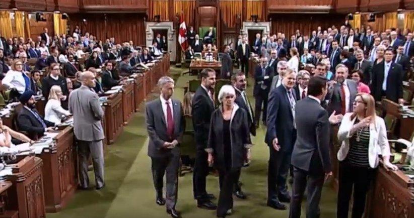 Премьер  Канады   публично принёс извинения   женщине-депутату, которую он задел локтем