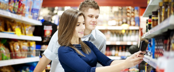YOUNG COUPLE GROCERY SMARTPHONE
