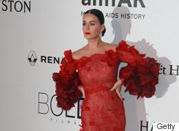 Amfar 2016: Katy Perry magnifique en rouge sur le tapis protocolaire (PHOTO)