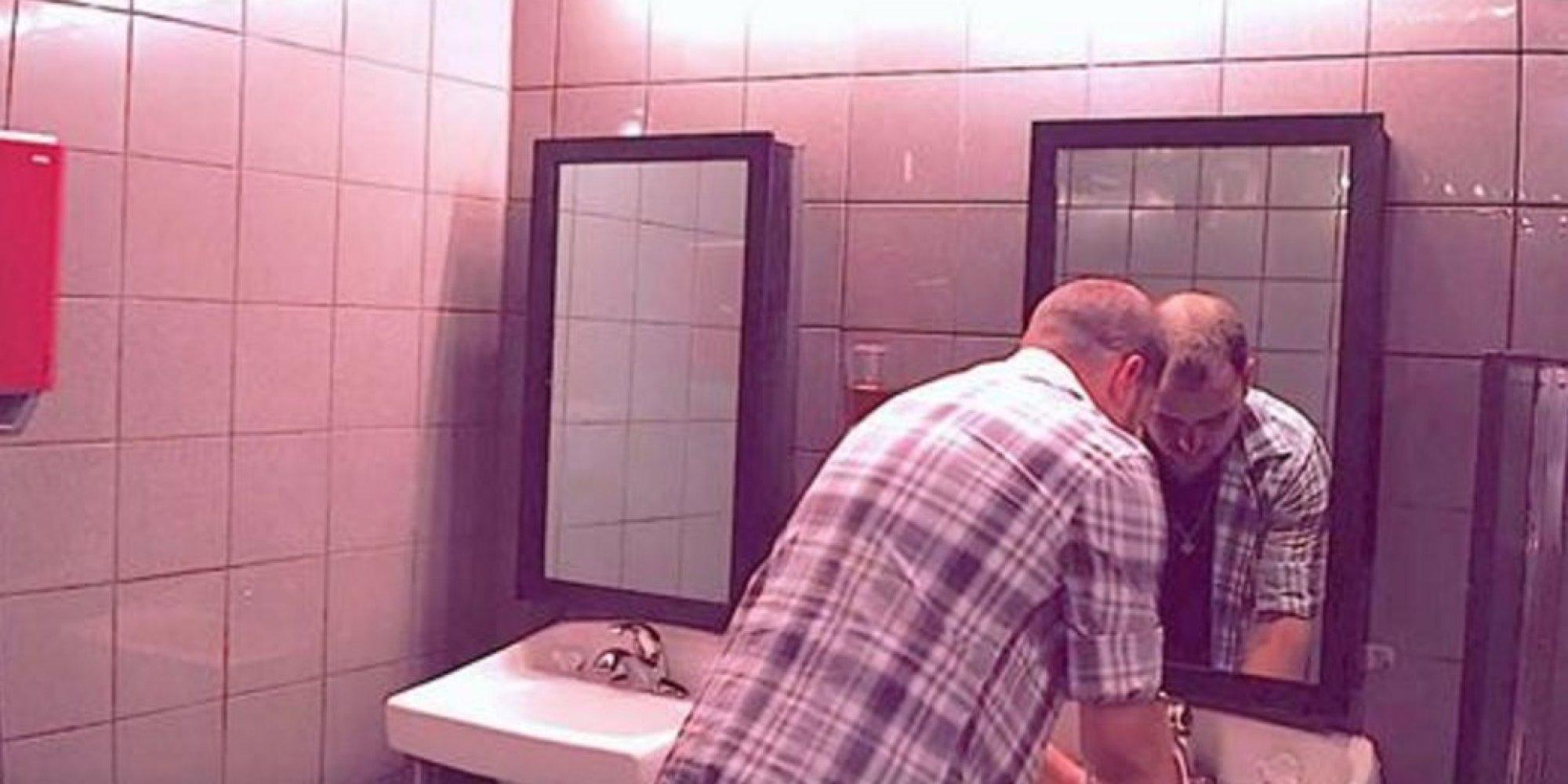 Auf der toilette im nachtclub sieht er pl tzlich einen for Facebook spiegel