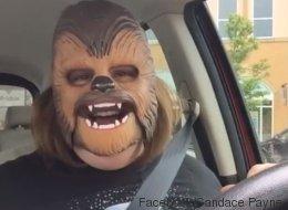 La maman au masque de Chewbacca est de retour! (VIDÉO)