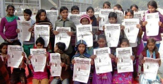 crianças com os seus jornais