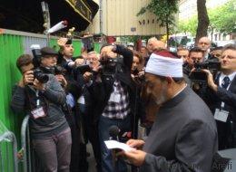 Le grand imam d'Al-Azhar s'est recueilli devant le Bataclan