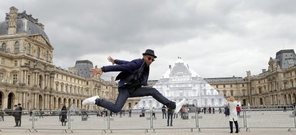 EN IMAGES - JR a fait disparaître la Pyramide du Louvre
