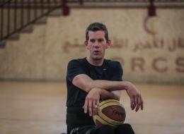 أتى مُقعداً.. فيديو لأميركي يُدرّب لاعبي كرة السلة من ذوي الاحتياجات الخاصة بغزة