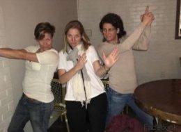 Drei Frauen beobachten ein Date - 40 Minuten später stürmt die Polizei das Restaurant