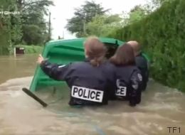 La police s'est littéralement mouillée pour aider les sinistrés (VIDÉO)
