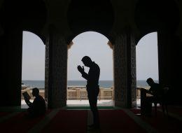 بعد 10 سنوات من المعاناة مع الأطفال والأحذية.. مسجد بكاليفورنيا يبتكر نظاماً مثالياً للصلاة في رمضان