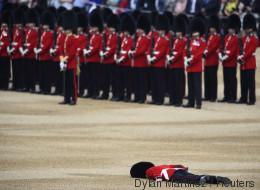 La photo impressionnante de ce membre de la garde royale au sol après un malaise