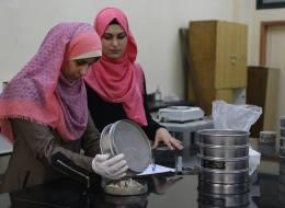 لا حاجة لعمليات ترميم شقوق الأسفلت.. طالبات بهندسة غزة ابتكرن طريقة مبهرة