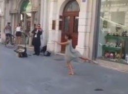 Poussée par son père à danser dans la rue, cette jeune fille surprend tout le monde (VIDÉO)