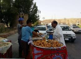 سعوديان لم يجدا وظيفة فاقتحما عالم المأكولات الشعبية